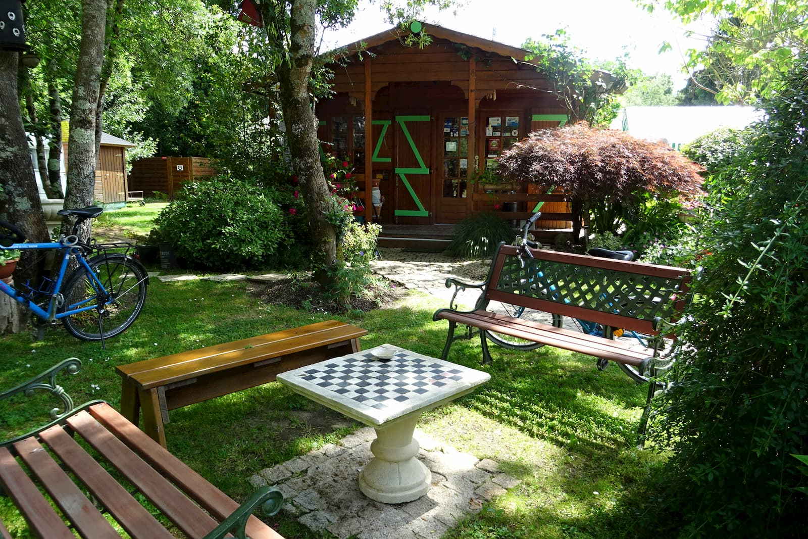 camping-accueil-bancs-table